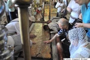 Stein der Salbung in der Grabeskirche wird berührt
