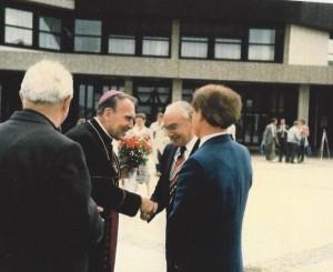 Begrüßung des Bischofs an der Schule  27-Juni 1985