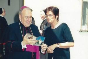 Bischof Manfred und Irmgard Hilmer mit Kirchenführer Atting AUSSCHNITT