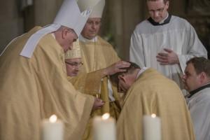 Weihbischof 14 - Salbung des Hauptes
