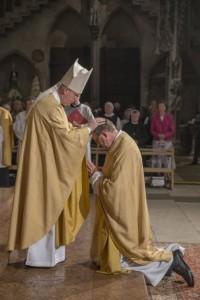 Weihbischof 15 - Handauflegung durch Weihbischof Reinhard Pappenberger